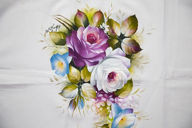 Rosas realistas branca e roxa