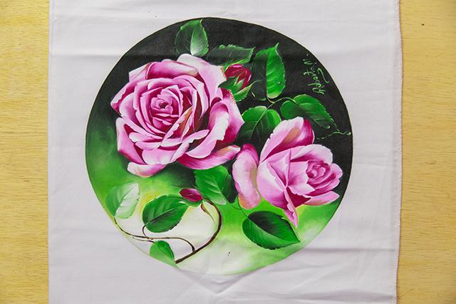 Rosas realistas com fundo verde
