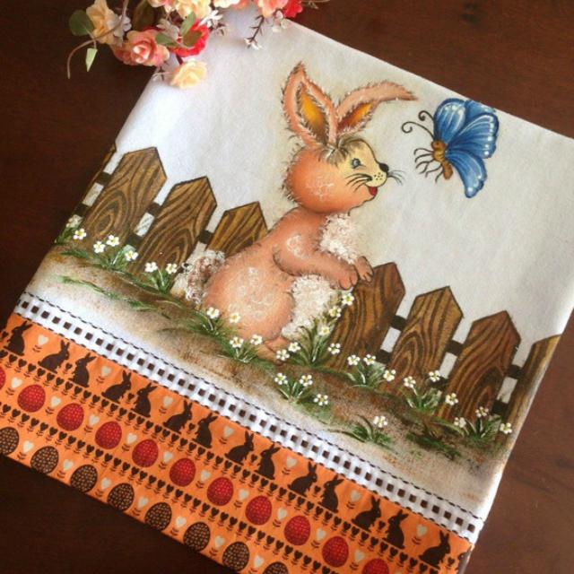 Pintura de coelho e borboleta em pano de prato